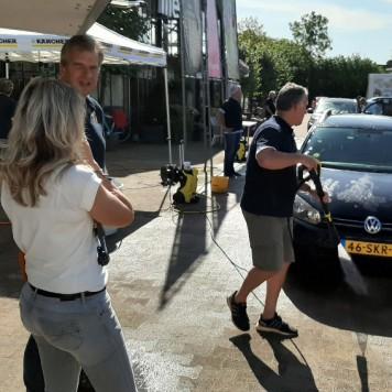 Lions wassen auto's voor speeltoestel Hoge Neer